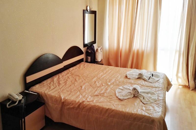 Нощувка на човек със закуска, обяд и вечеря + 2 басейна и джакузи в хотел Роза, Черноморец, снимка 9