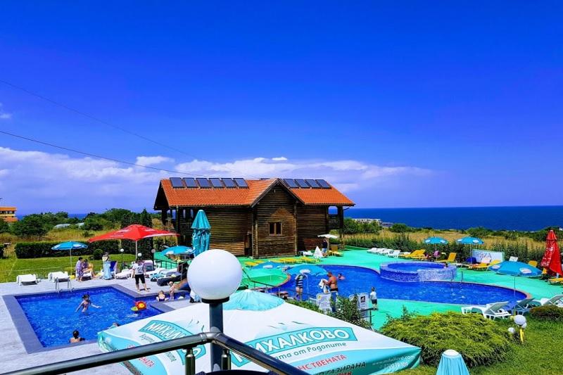 Нощувка на човек със закуска, обяд и вечеря + 2 басейна и джакузи в хотел Роза, Черноморец, снимка 4