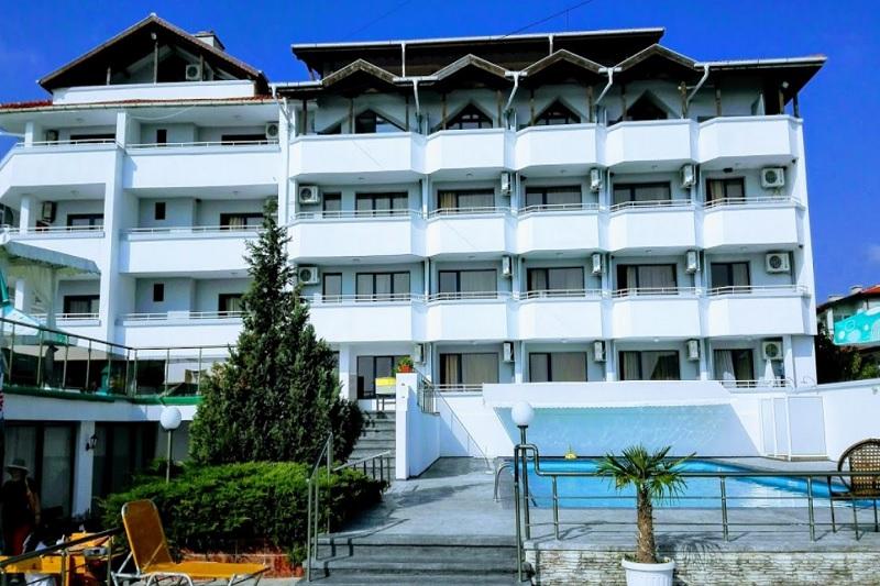 Нощувка на човек със закуска, обяд и вечеря + 2 басейна и джакузи в хотел Роза, Черноморец, снимка 2