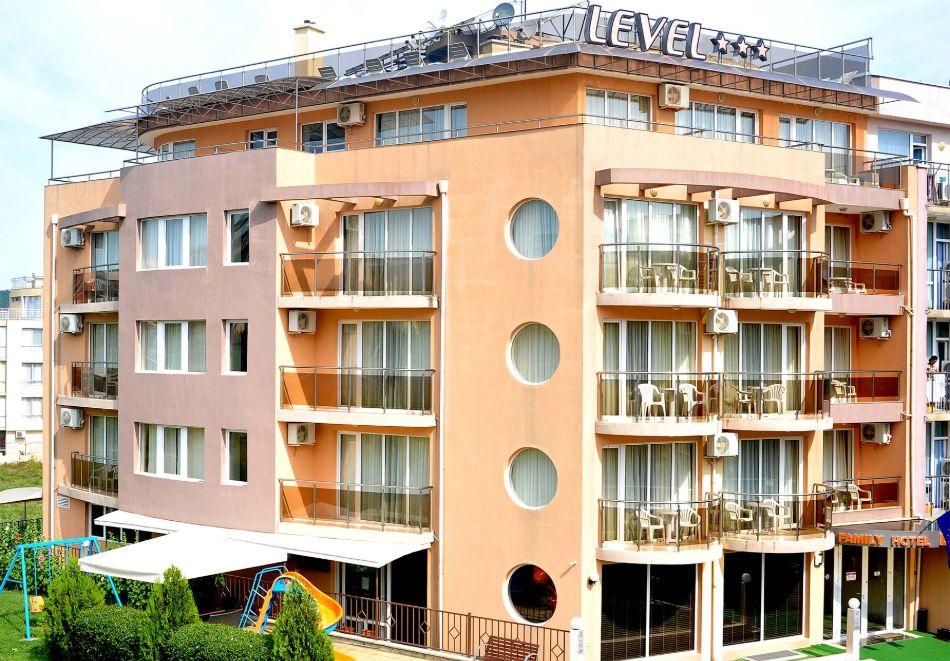 Нощувка на човек със закуска, обяд* и вечеря + басейн в хотел Левел, Приморско, снимка 2