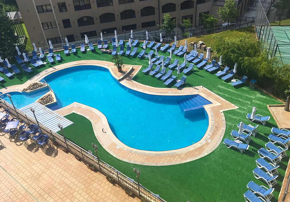 Нощувка на човек на база All Inclusive + басейн и анимация от хотел Холидей Парк****, Златни пясъци, снимка 2