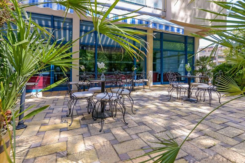Нощувка на човек на база All Inclusive + басейн и анимация от хотел Холидей Парк****, Златни пясъци, снимка 9