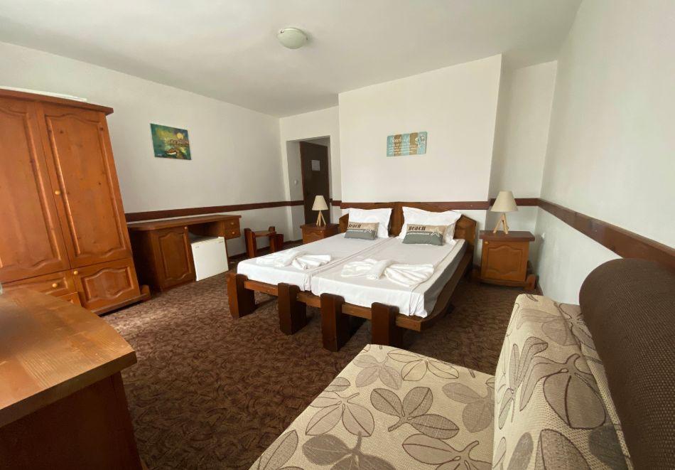 Ранни записвания за море 2021! Нощувка на човек със закуска, обяд и вечеря + басейн в семеен хотел М1, Приморско, снимка 4