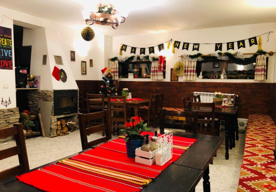Нощувка за двама със закуска + минерален басейн в семеен хотел Карпе Дием, с. Баня, до Банско, снимка 10