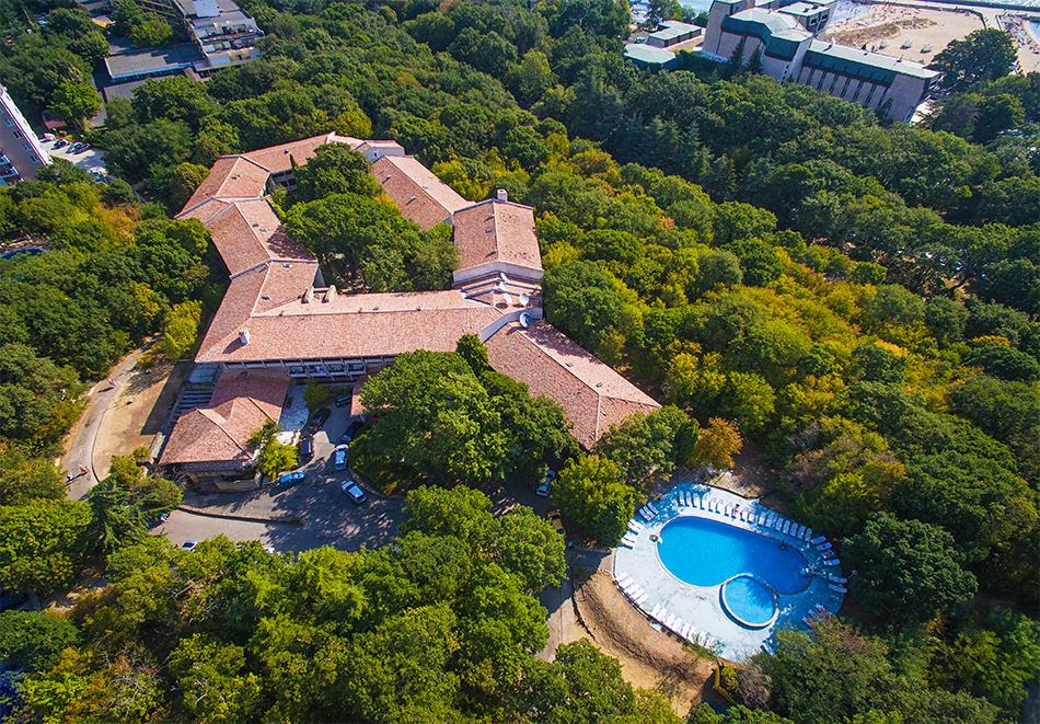 Нощувка на човек на база Аll inclusive + басейн в хотел Преслав***, Златни пясъци на 150 м. от плажа, снимка 2
