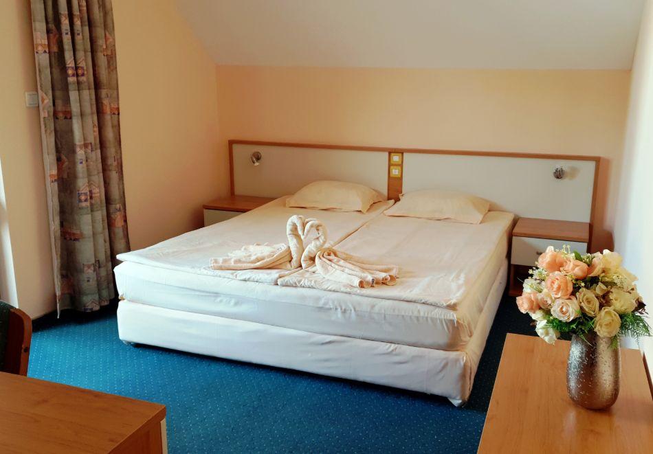 Нощувка на човек със закуска в хотел Вила Бора, на 80м. от плажа в Слънчев Бряг, снимка 6
