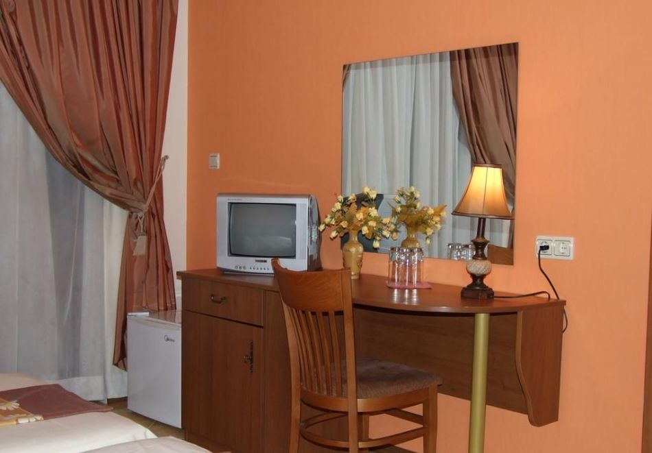 Нощувка на човек със закуска + басейн в хотел Тропикана, Равда, снимка 5