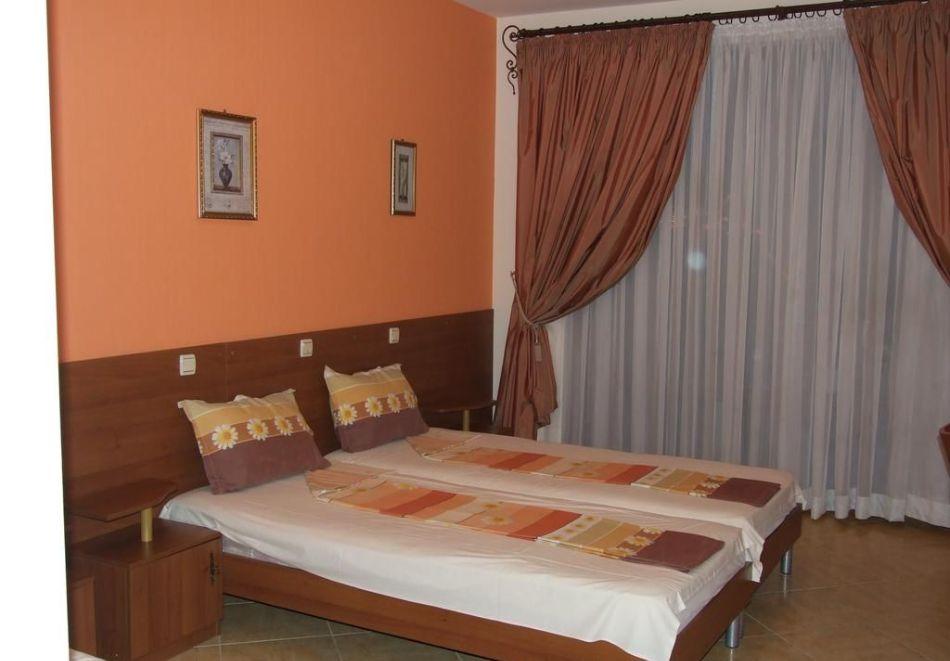 Нощувка на човек със закуска + басейн в хотел Тропикана, Равда, снимка 4