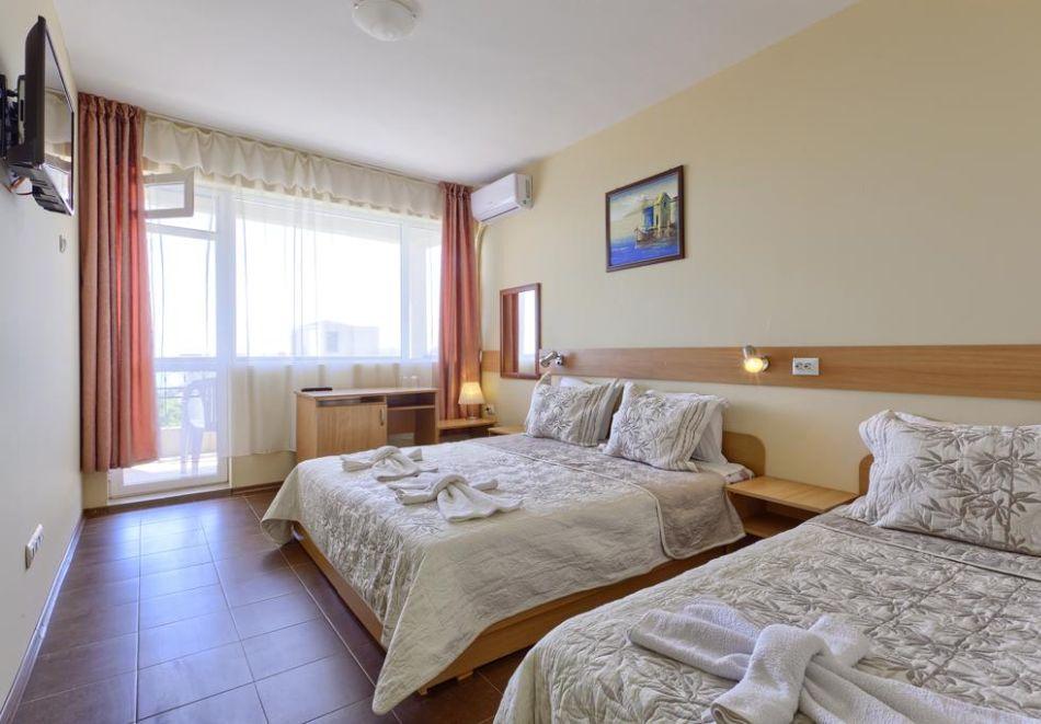 Нощувка на човек със закуска + 2 басейна в хотел Наслада***, Балчик, снимка 7