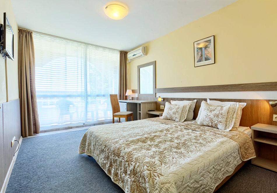 Нощувка на човек със закуска + 2 басейна в хотел Наслада***, Балчик, снимка 6