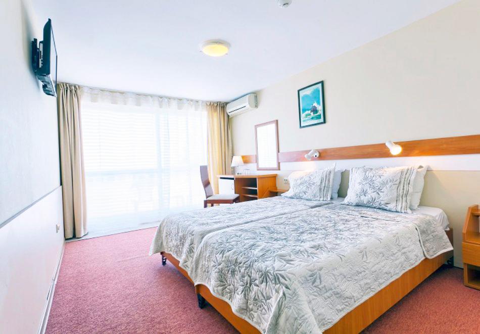 Нощувка на човек със закуска + 2 басейна в хотел Наслада***, Балчик, снимка 8