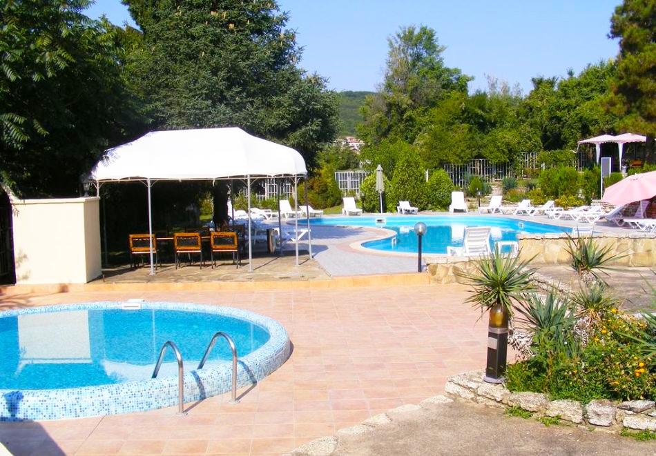 Нощувка на човек със закуска + 2 басейна в хотел Наслада***, Балчик, снимка 4
