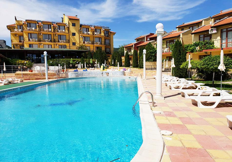 Нощувка на човек + басейн в семеен хотел Ялта, между Слънчев бряг и Св. Влас, снимка 4