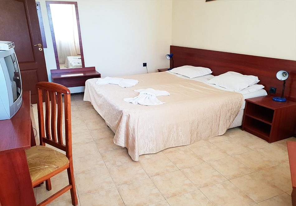 Нощувка на човек + басейн в семеен хотел Ялта, между Слънчев бряг и Св. Влас, снимка 9