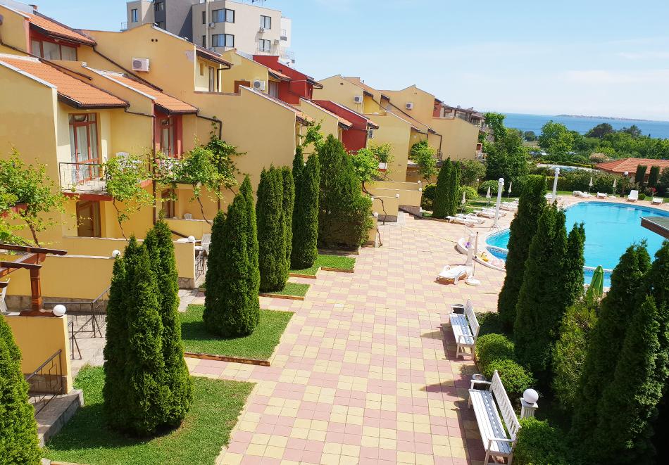 Нощувка на човек + басейн в семеен хотел Ялта, между Слънчев бряг и Св. Влас, снимка 8
