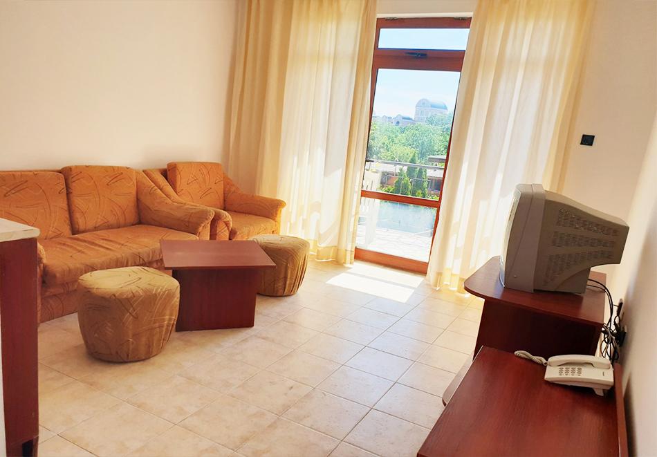 Нощувка на човек + басейн в семеен хотел Ялта, между Слънчев бряг и Св. Влас, снимка 11