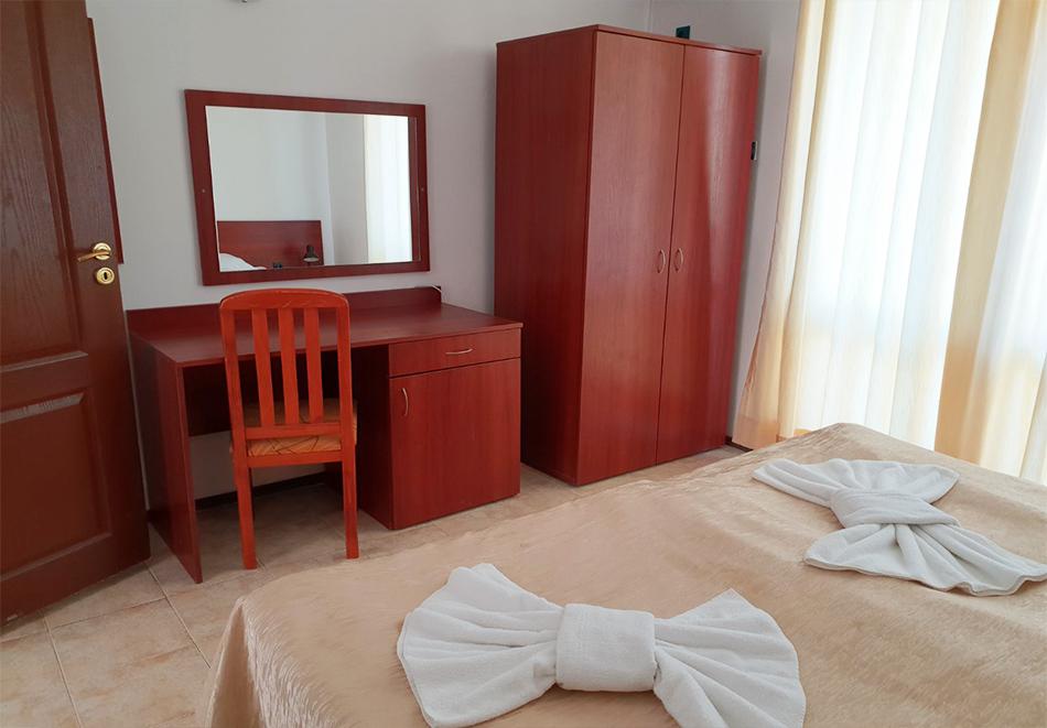 Нощувка на човек + басейн в семеен хотел Ялта, между Слънчев бряг и Св. Влас, снимка 10