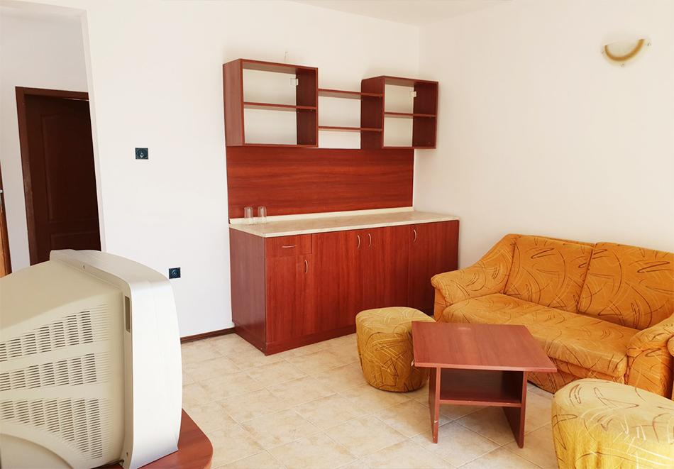 Нощувка на човек + басейн в семеен хотел Ялта, между Слънчев бряг и Св. Влас, снимка 12
