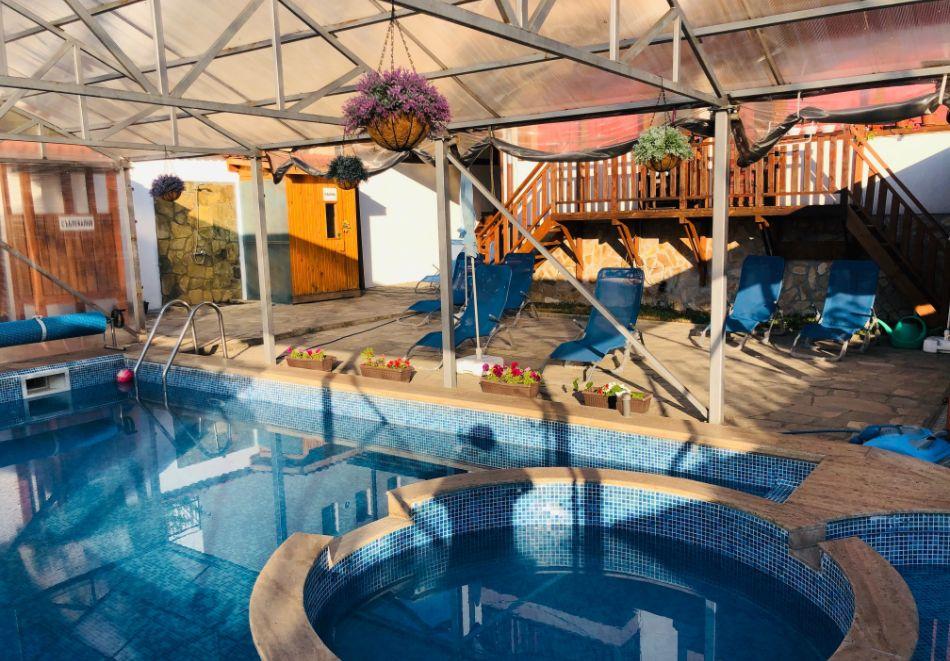 Нощувка за двама със закуска + минерален басейн в семеен хотел Карпе Дием, с. Баня, до Банско, снимка 6