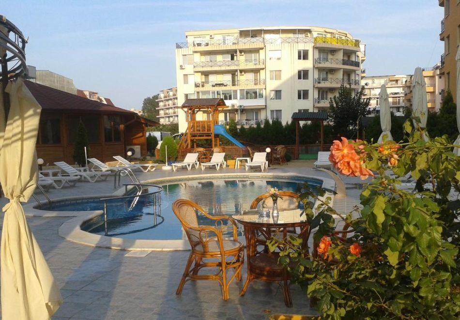Нощувка на човек + басейн в Семеен хотел Мегас, Слънчев бряг, снимка 2