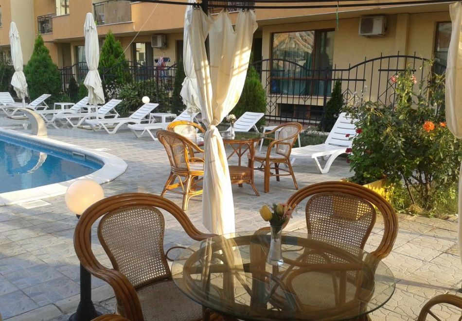 Нощувка на човек + басейн в Семеен хотел Мегас, Слънчев бряг, снимка 4