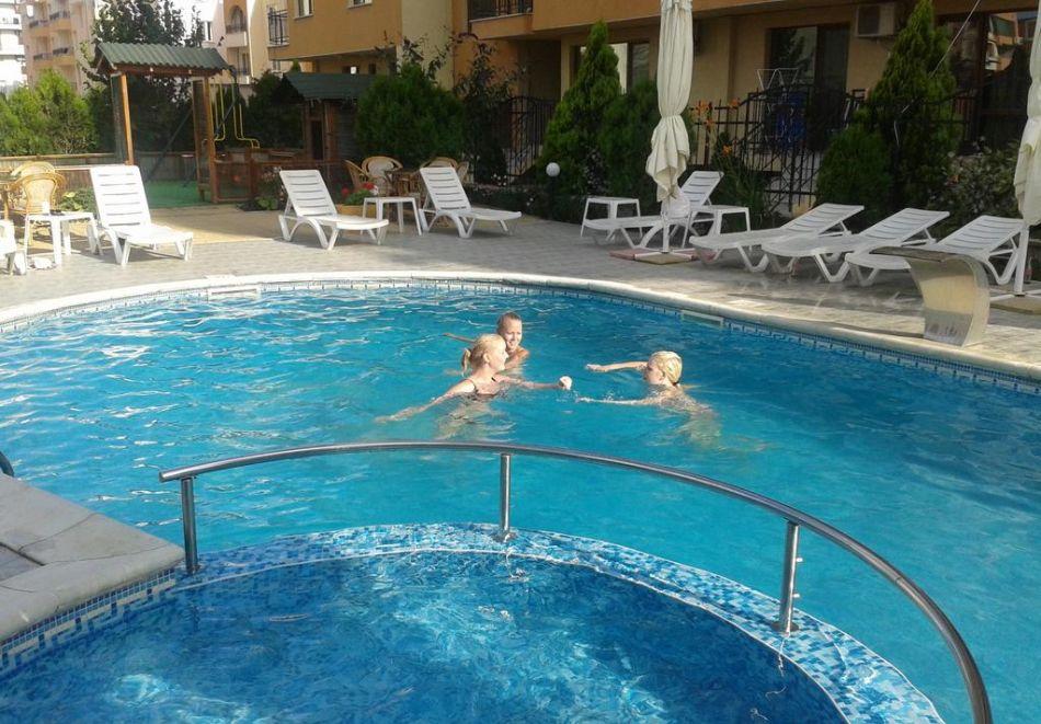 Нощувка на човек + басейн в Семеен хотел Мегас, Слънчев бряг, снимка 6