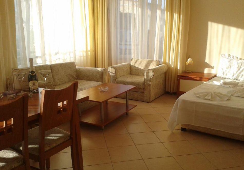 Нощувка на човек + басейн в Семеен хотел Мегас, Слънчев бряг, снимка 9