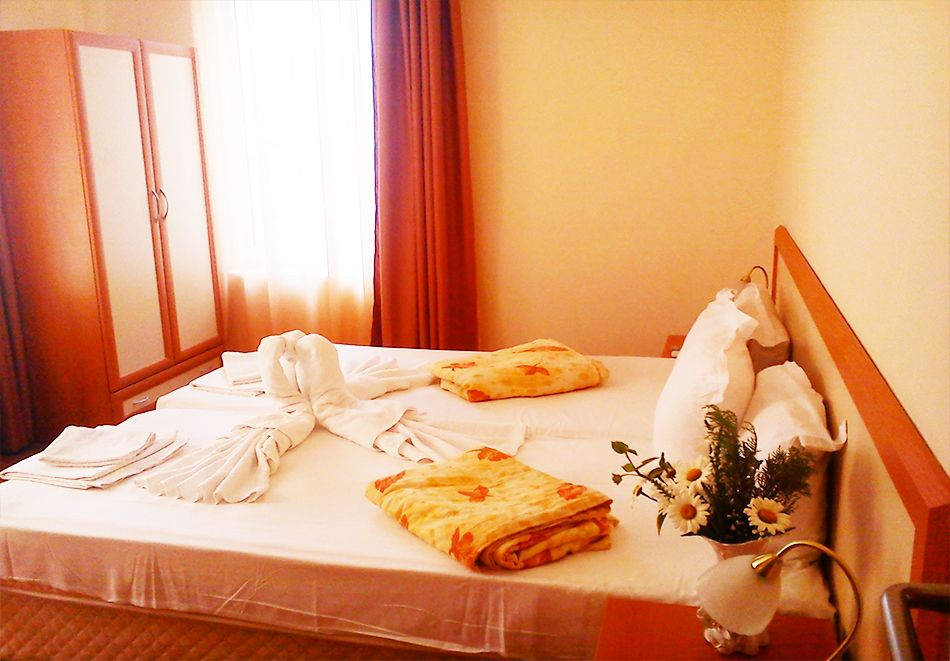 Нощувка на човек + басейн в Семеен хотел Мегас, Слънчев бряг, снимка 10