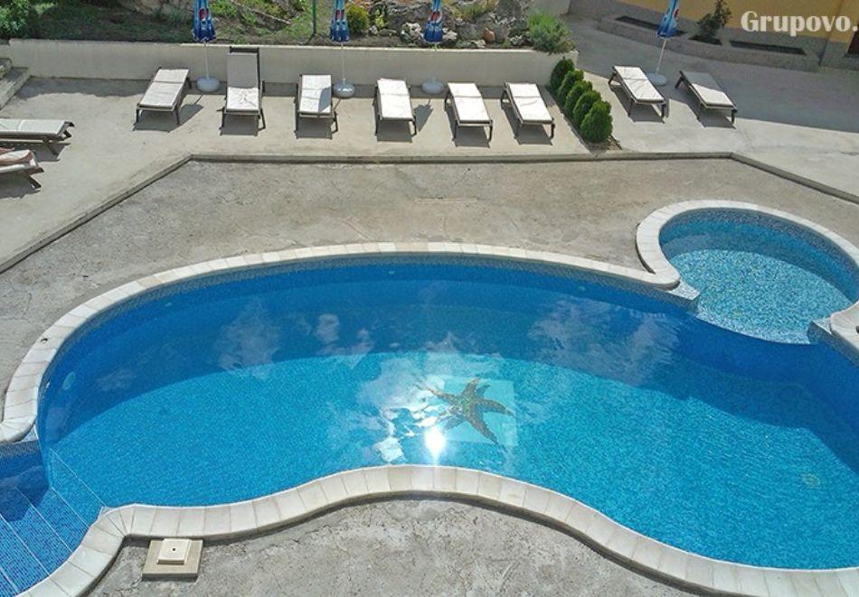 Нощувка на човек + басейн в Апартаменти Голдън Хаус, Златни пясъци, снимка 2
