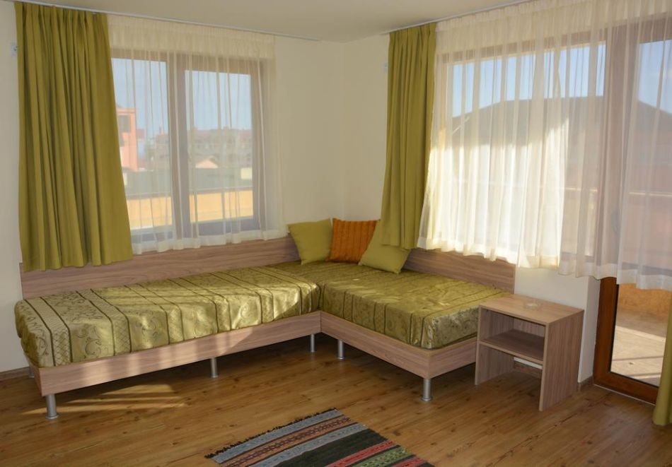 Нощувка на човек + басейн в Апартаменти Голдън Хаус, Златни пясъци, снимка 12