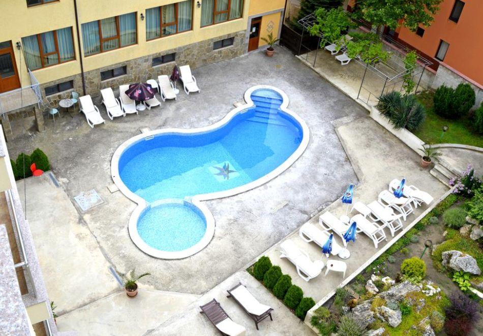Нощувка на човек + басейн в Апартаменти Голдън Хаус, Златни пясъци, снимка 11
