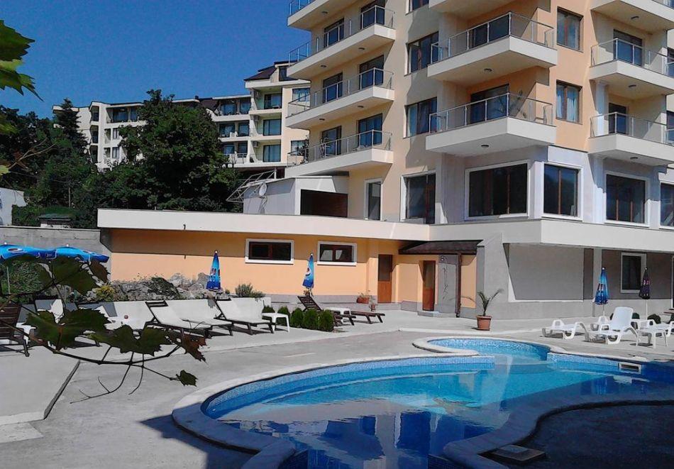 Нощувка на човек + басейн в Апартаменти Голдън Хаус, Златни пясъци, снимка 9