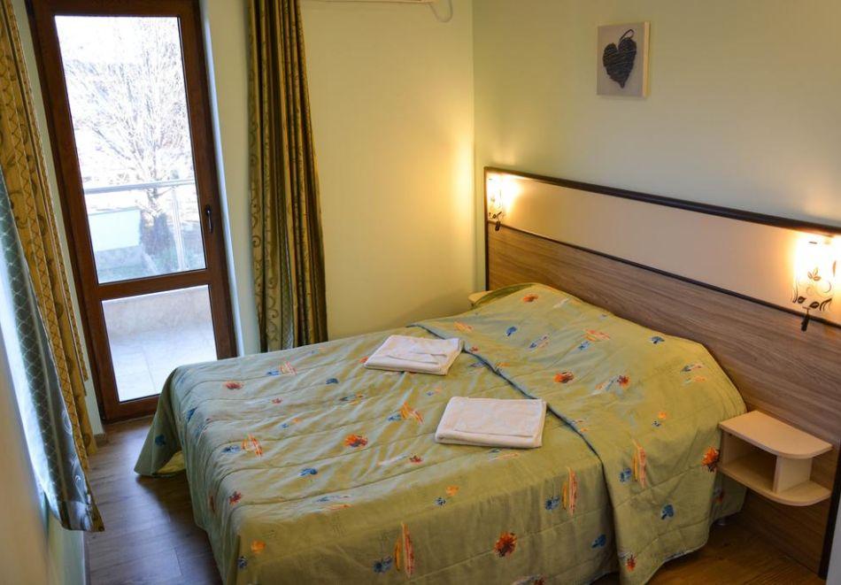 Нощувка на човек + басейн в Апартаменти Голдън Хаус, Златни пясъци, снимка 5