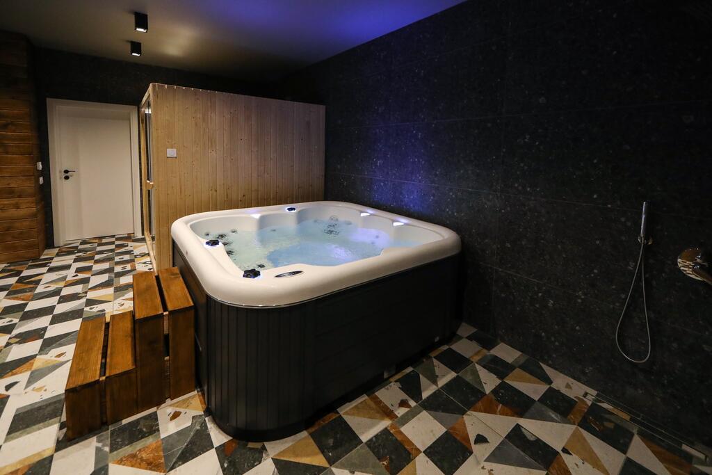 Нощувка със закуска с капацитет до 8 човека + сауна и джакузи с минерална вода от Къща за гости Графит, Огняново, снимка 14