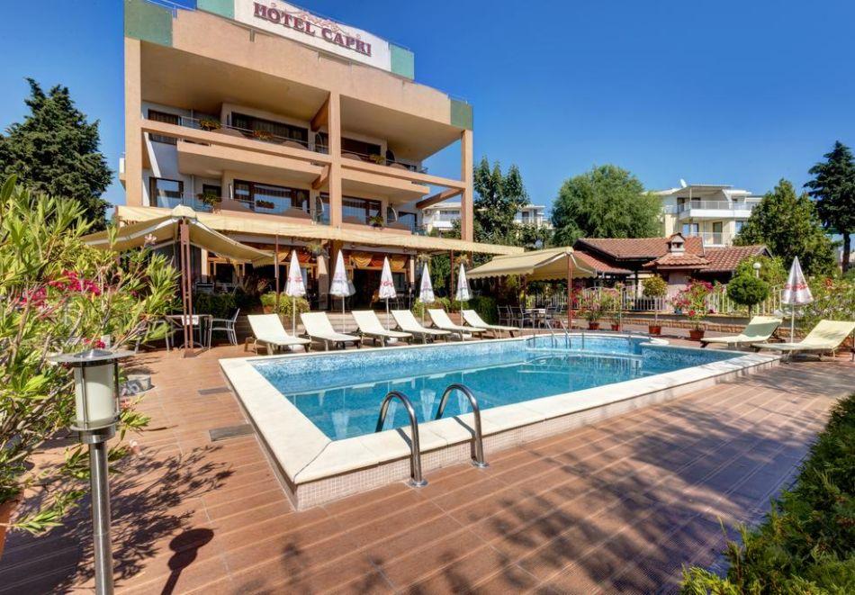 Нощувка на човек + басейн в хотел Капри, на ПЪРВА ЛИНИЯ в Несебър, снимка 2
