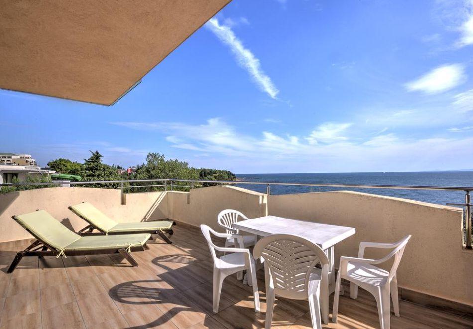 Нощувка на човек + басейн в хотел Капри, на ПЪРВА ЛИНИЯ в Несебър, снимка 11
