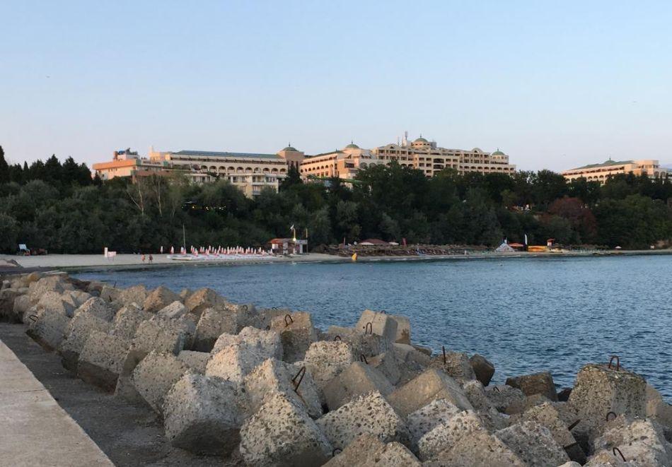 Нощувка на човек + басейн в хотел Капри, на ПЪРВА ЛИНИЯ в Несебър, снимка 14