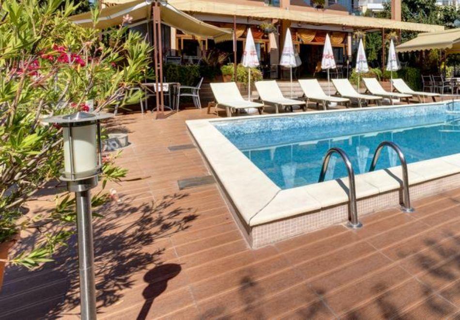Нощувка на човек + басейн в хотел Капри, на ПЪРВА ЛИНИЯ в Несебър, снимка 4