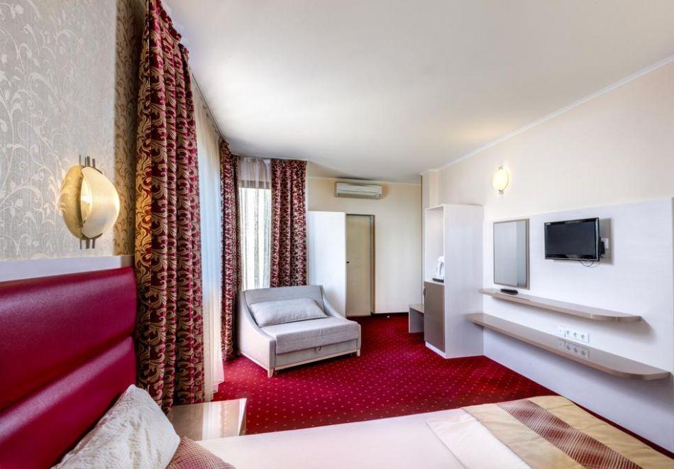 Нощувка на човек + басейн в хотел Капри, на ПЪРВА ЛИНИЯ в Несебър, снимка 8