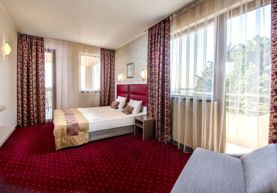 Нощувка на човек + басейн в хотел Капри, на ПЪРВА ЛИНИЯ в Несебър, снимка 7