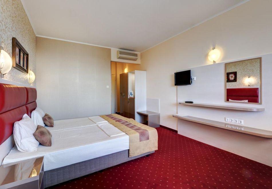 Нощувка на човек + басейн в хотел Капри, на ПЪРВА ЛИНИЯ в Несебър, снимка 5
