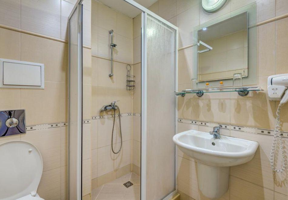 Нощувка на човек + басейн в хотел Капри, на ПЪРВА ЛИНИЯ в Несебър, снимка 10