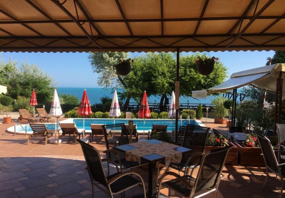 Нощувка на човек + басейн в хотел Капри, на ПЪРВА ЛИНИЯ в Несебър, снимка 3