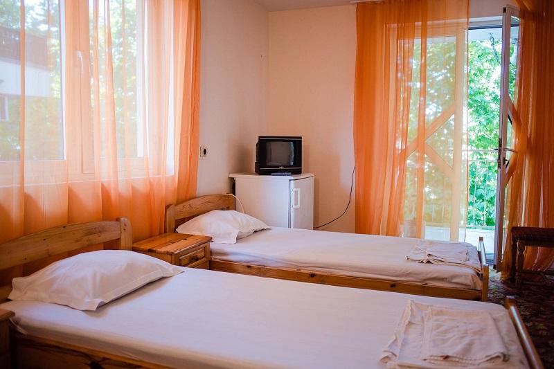 Нощувка със закуска и вечеря за двама + две деца до 12г. + басейн в семеен хотел Грийн Палас, Китен, снимка 4