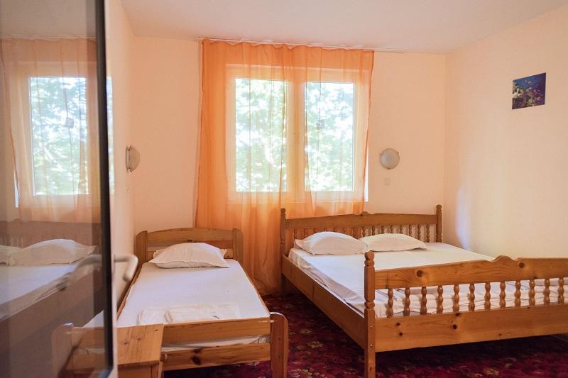 Нощувка със закуска и вечеря за двама + две деца до 12г. + басейн в семеен хотел Грийн Палас, Китен, снимка 6