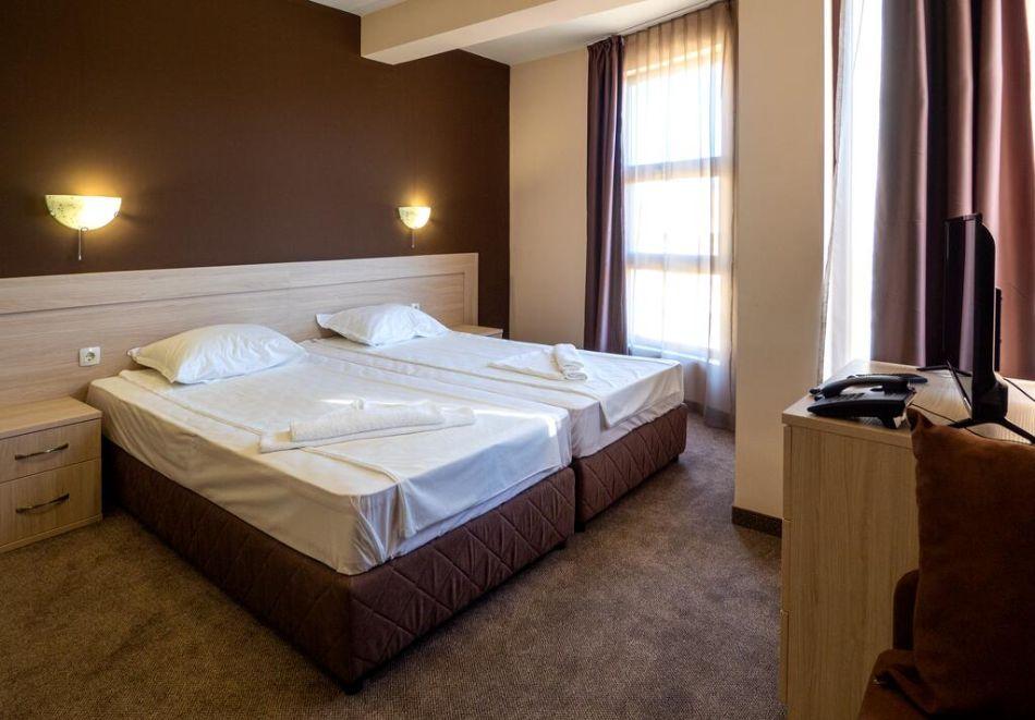 Нощувка на човек със закуска и вечеря + басейн в хотел Санта Мария, Обзор, снимка 10