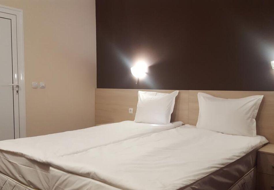Нощувка на човек със закуска и вечеря + басейн в хотел Санта Мария, Обзор, снимка 7
