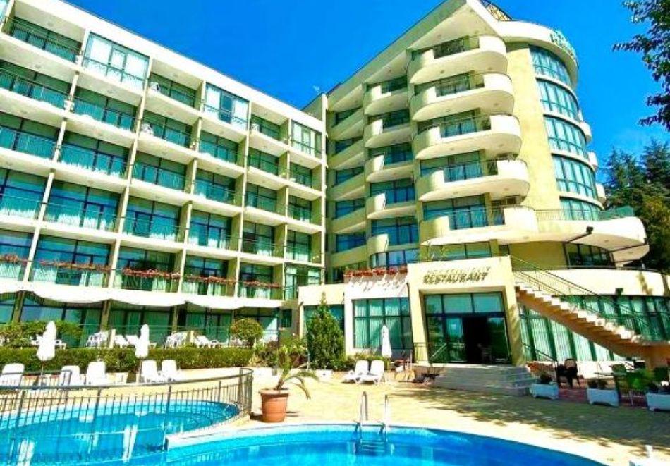 Почивка в Златни пясъци на 30м. от плажа! Нощувка на човек със закуска и вечеря + басейн в хотел Палм Бийч, снимка 2