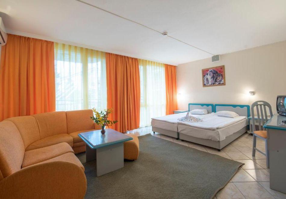 Нощувка на човек  студио със закуска и вечеря + Аквапарк и басейн в хотел Искър, Слънчев бряг на 60м. от плажа, снимка 11