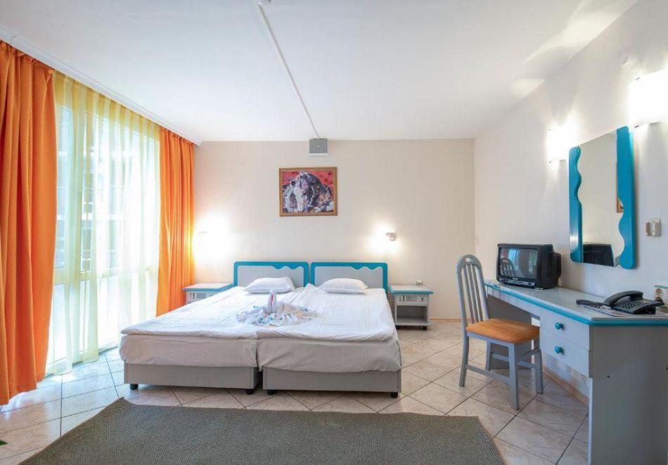 Нощувка на човек  студио със закуска и вечеря + Аквапарк и басейн в хотел Искър, Слънчев бряг на 60м. от плажа, снимка 8